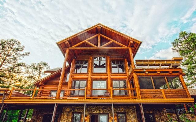 Drevený dom s veľkými oknami a terasou