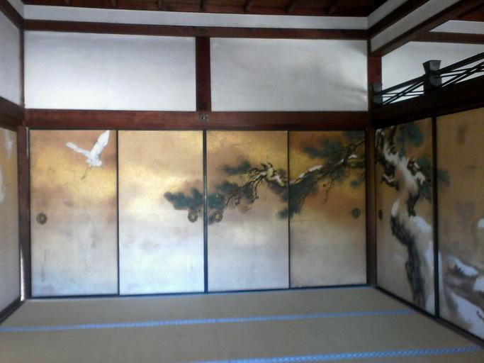 Miestnosť s obvodovými stenami s posuvnými dverami