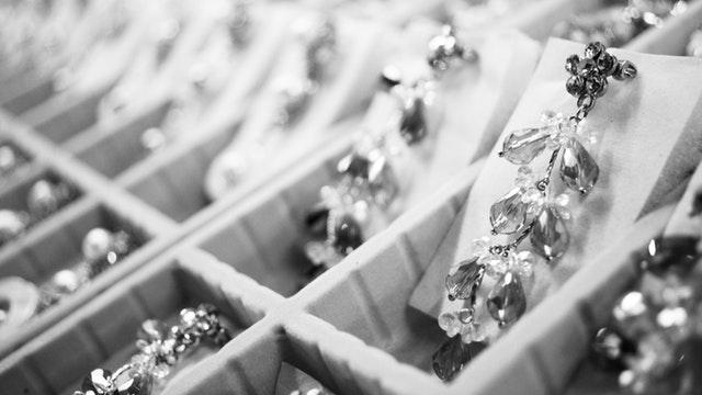 veľa strieborných šperkov