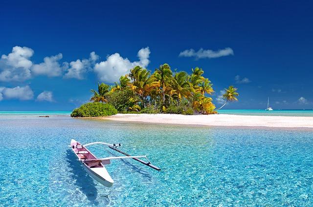čln na mori pri ostrove