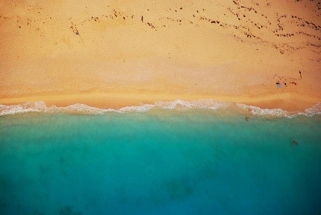 piesočnatá pláž zhora