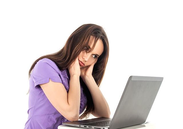 žena zúfalo pozerá na počítač.jpg